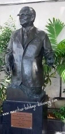 Bronze statue of Sir Seewoosagur Ramgoolam